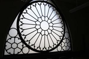 内観のバラ窓